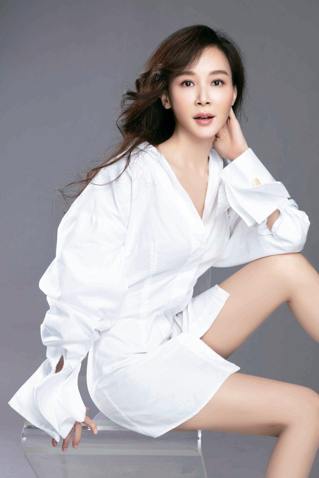 台灣第一美女蕭薔出版2020最新年曆,現場也供義賣。圖/珍世美學慈善基金會提供