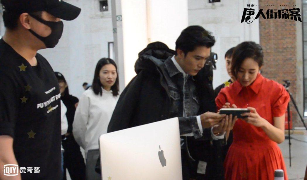 邱澤、張鈞甯看著17年前合作的MV影片。圖/愛奇藝台灣站提供