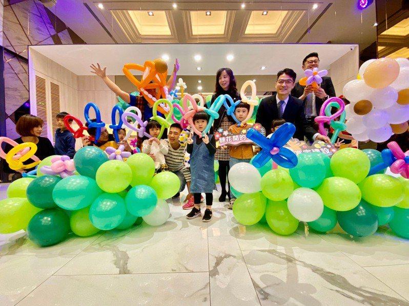富宇集團2020年首波大型兒童劇,與逗點創意劇團合作,1月18日將在豐原葫蘆墩文化中心重現全台第一齣經典氣球偶劇「尋找快樂的咩咩羊」。
