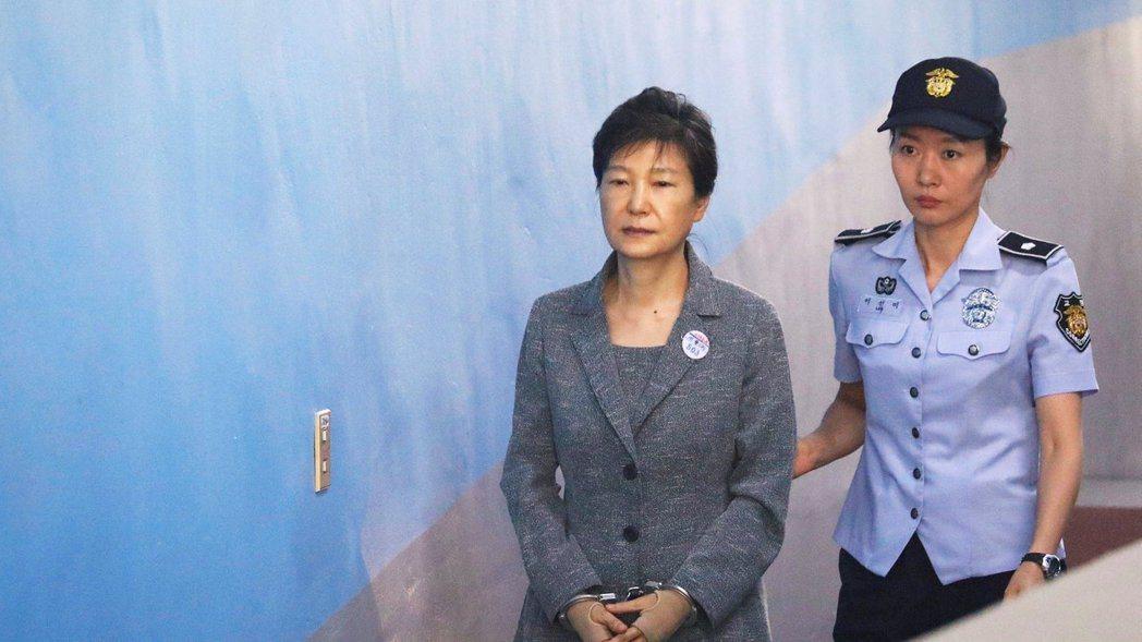 南韓前總統朴槿惠(左)。 路透資料照片