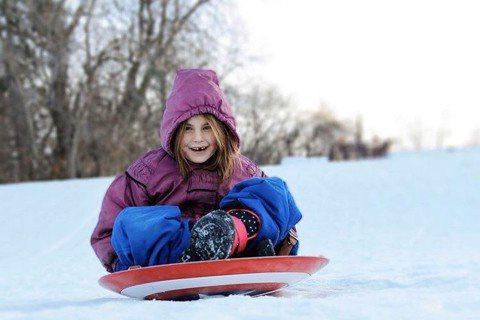 在「復仇者聯盟:終局之戰」飾演「鋼鐵人」女兒的童星Lexi Rabe因該片爆紅,她的一舉一動也受到外界關注,正值跨年時分的到來,她則在自己的Instagram貼上滑雪照,但卻用「美國隊長」的盾牌來滑...