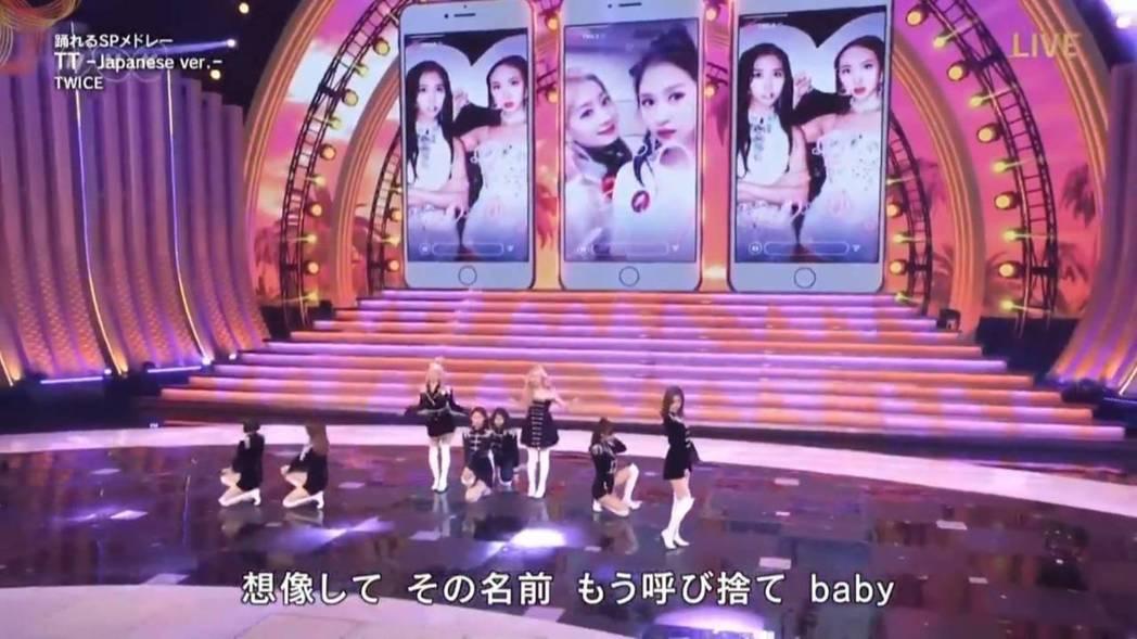 Mina的照片出現在舞台背景中。圖/翻攝自NHK