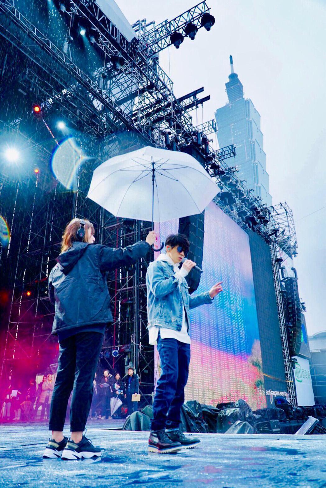 光良昨天冒雨為「台北最high新年城」2020跨年晚會彩排。圖/星娛提供