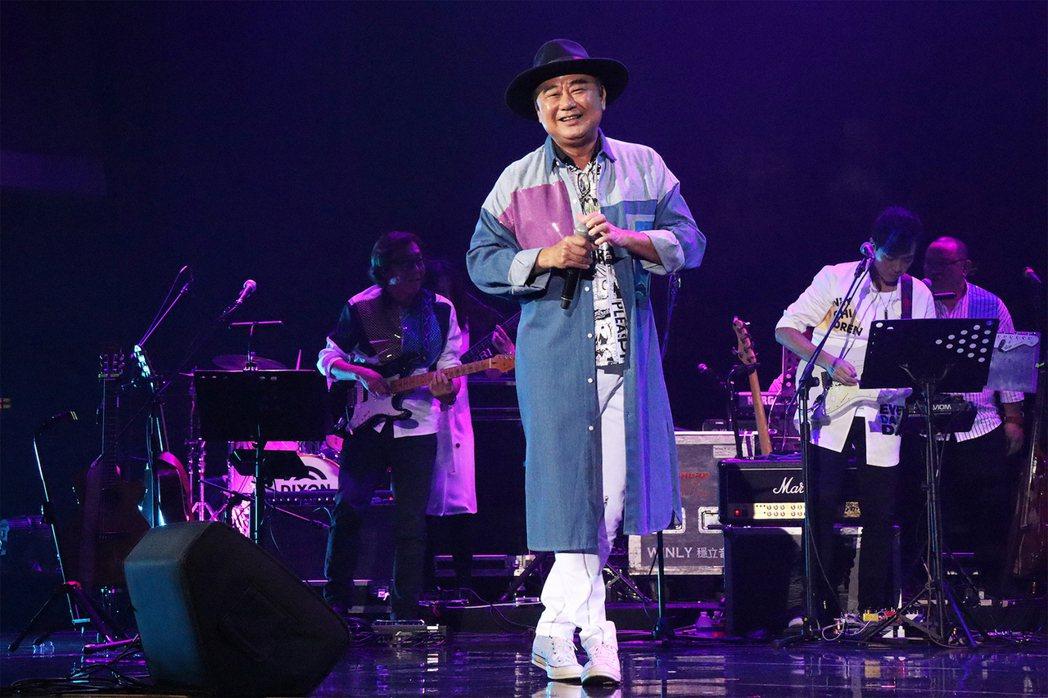 陳昇以一襲牛仔長大衣搭配酷炫牛仔帽、雪白長褲勁裝登場演出。圖/宜辰整合行銷提供