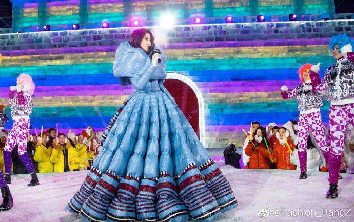 陳慧琳在哈爾濱演出時,身穿MONCLER x Pierpaolo Picciol...