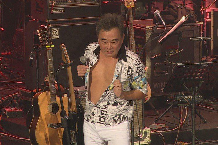 陳昇第二場「逃跑的日子」演唱會今晚於TICC舉辦,這也是他連續26年的跨年演唱會,他以一襲牛仔長大衣搭配牛仔帽、白褲登場,開場一連演唱「我喜歡私奔和我自己」、「蘑菇蘑菇」和「最後一次溫柔」,但才到第...