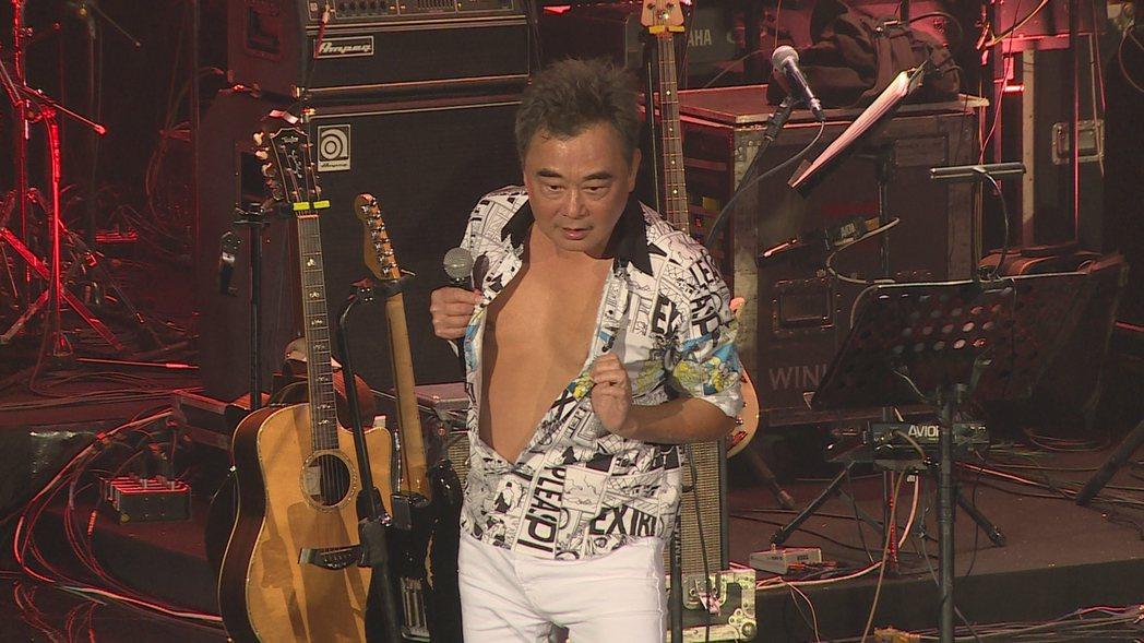 陳昇今晚跨年開唱,故意露出胸膛撩粉。記者蘇聖倫/攝影