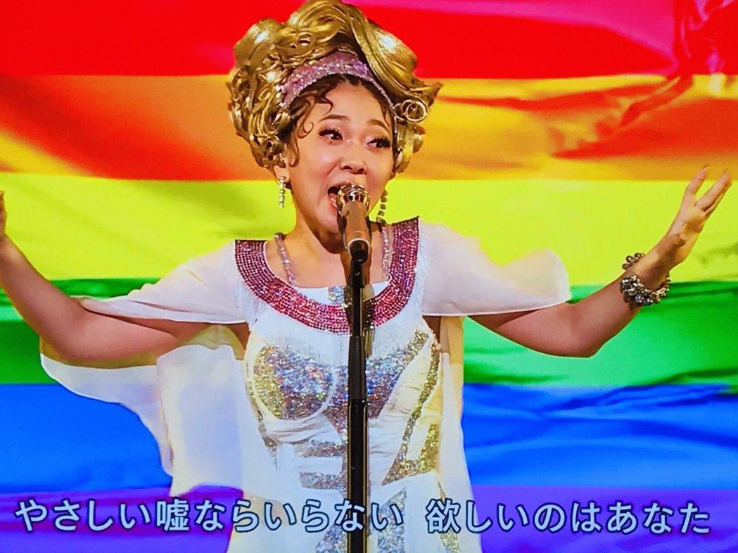 米西亞在彩虹旗前高歌。圖/翻攝自NHK