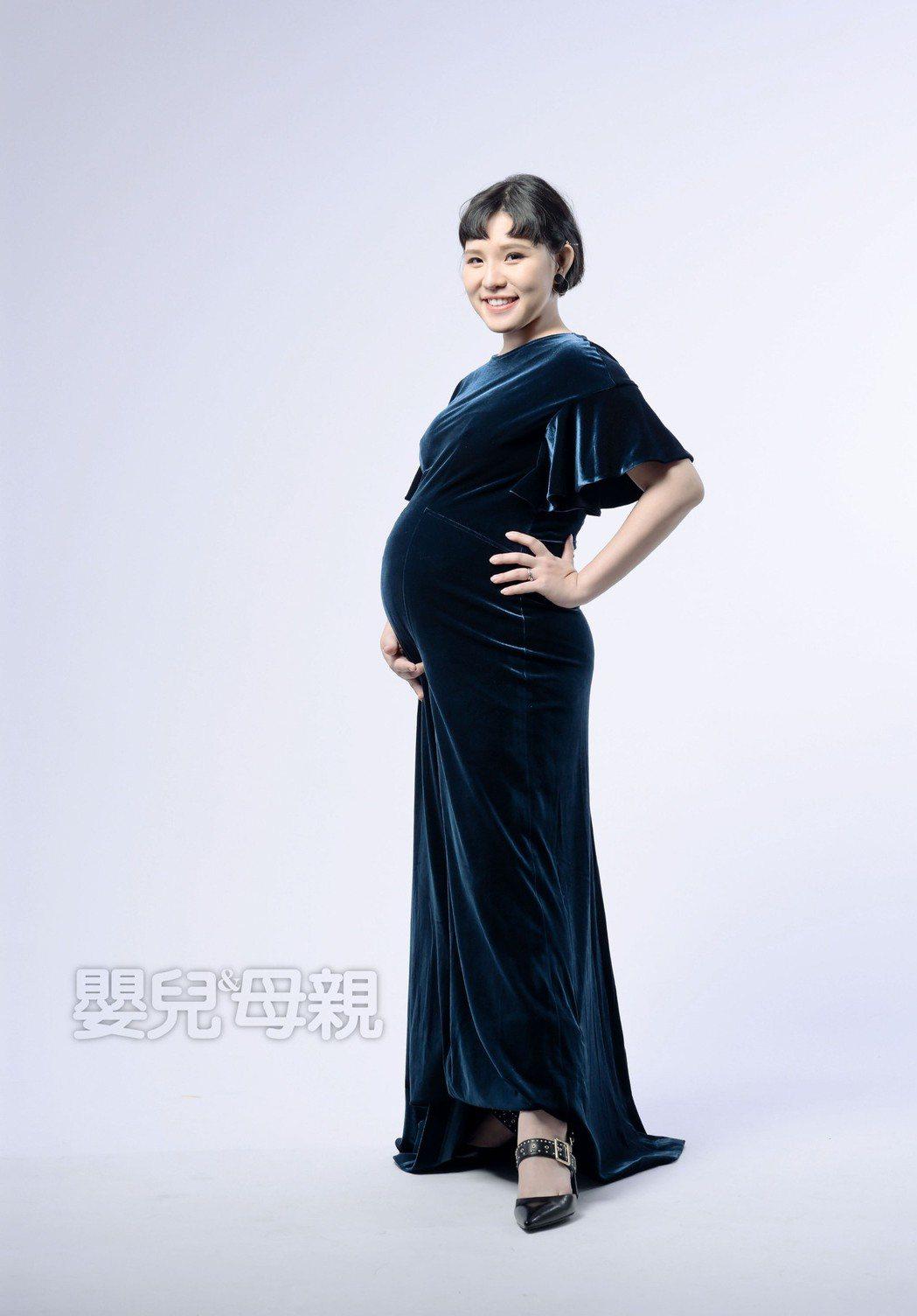 「Hold住姊」謝依霖挺著懷孕6個月大肚接受訪問。圖/嬰兒與母親雜誌提供