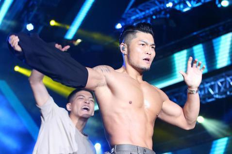 「愛.Sharing2020高雄夢時代跨年派對」,李玖哲最後一首歌脫掉黑色背心拋下台,全場嗨翻。