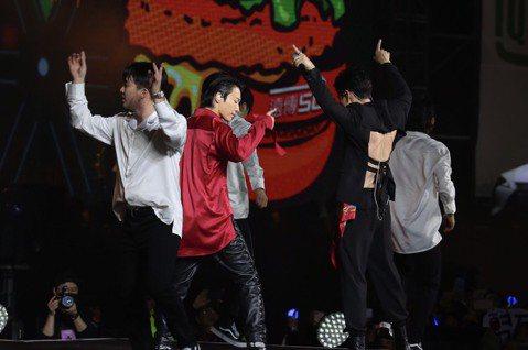 Super Junior D&E今晚助陣台北市跨年演唱會,兩人從下午彩排就誠意十足,穿上聯合應援團隊準備的「TAIWAN」帽T,晚上更性感破表,銀赫直接背部全裸上陣,讓粉絲大飽眼福。銀赫笑說...