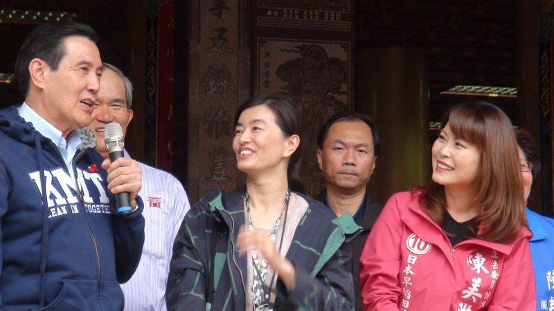 昨天下午,前總統馬英九(左一)陪第六選區立委候選人陳美雅(右一)拜票,在關帝廟前和選民親切互動。 記者謝梅芬/攝影