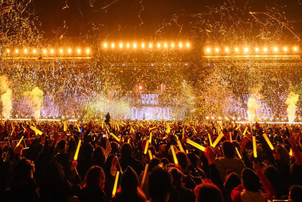 五月天演唱會現場放紙花、彩帶、煙火迎接2020年。圖/相信提供