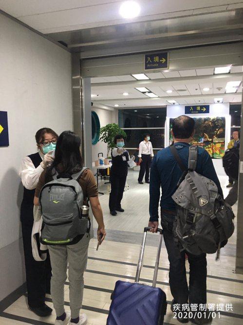 因應中國大陸武漢發生肺炎疫情,我檢疫人員昨天針對武漢入境高雄國際機場的班機進行檢...