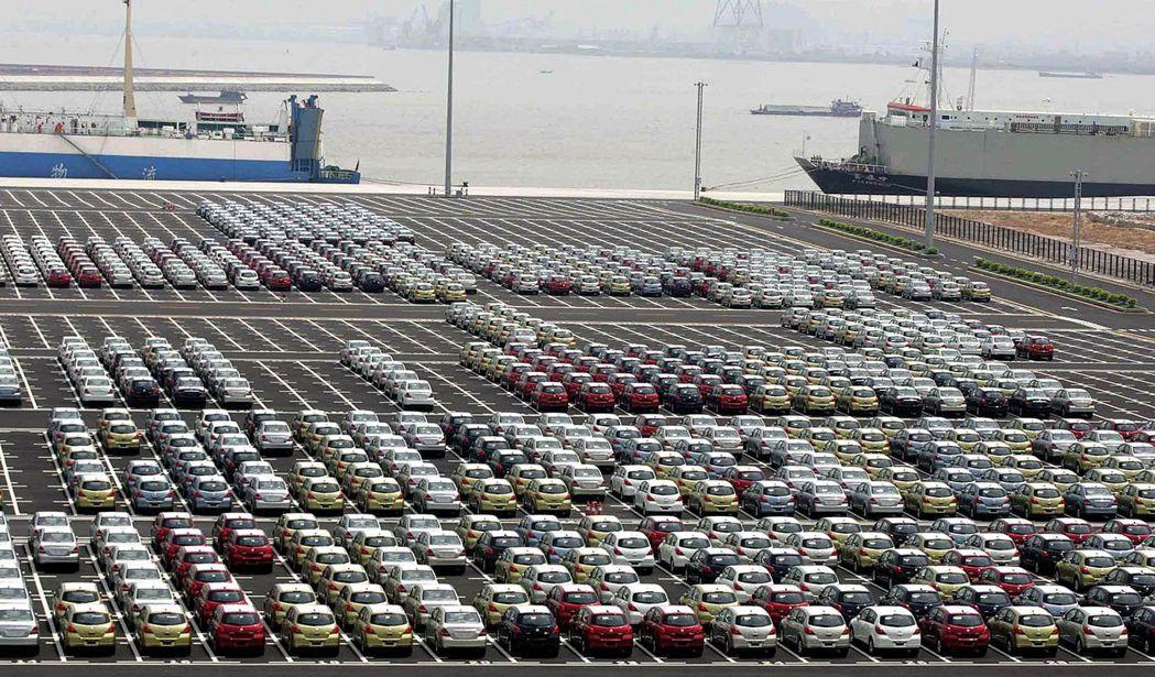 全球汽車銷量連三年下滑。圖為廣州港準備出口的汽車。(法新社)