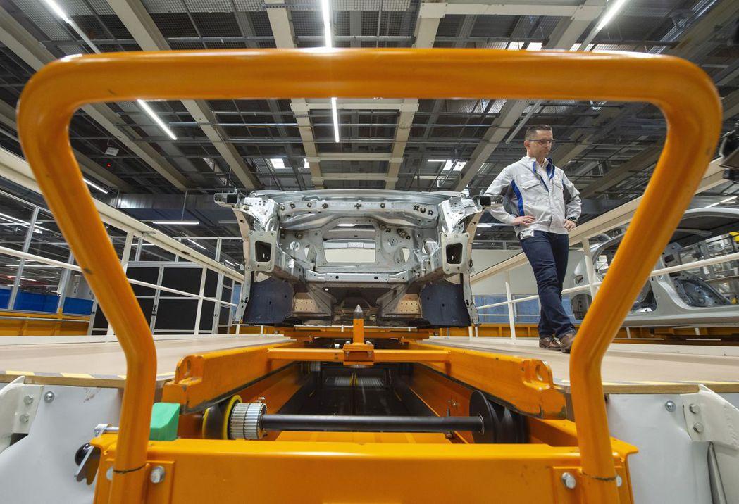 生產電動車所需人力跟零組件數量少於汽柴油車。圖為福斯電動車生產線。(美聯社)