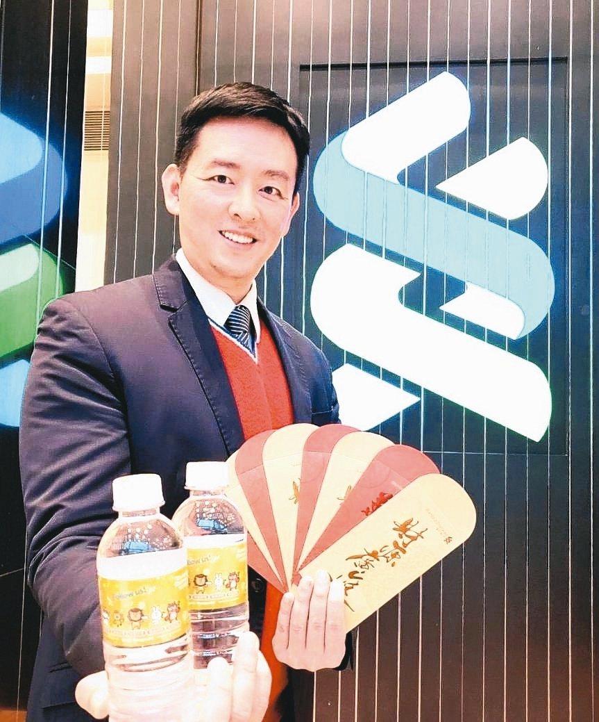 渣打銀行財富管理處負責人陳太齡展示金鼠年限量版發財水。 渣打銀行/提供