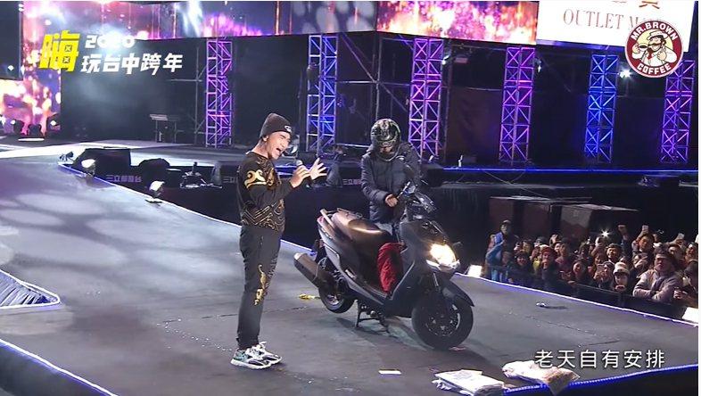 台中市跨年晚會1日凌晨,藝人吳宗憲在台上表演時,一名男大生騎機車撞傷工讀生後衝上...