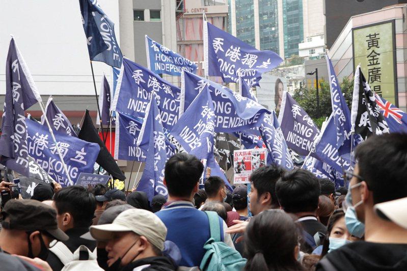 香港泛民主派團體民陣於元旦遊行時重申「反送中」運動目標,現場有人高舉「香港獨立」或「光復香港,時代革命」旗幟。圖/中央社