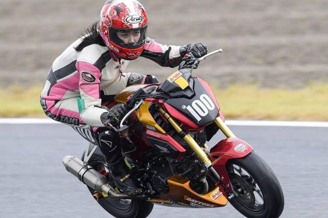 國友愛佳會上傳自己騎電單車時的照片。(IG「kunitomo_aika」圖片)