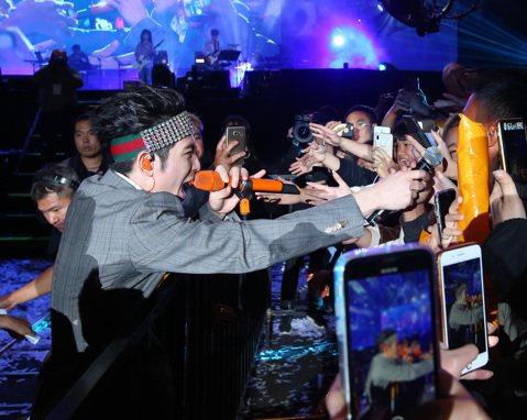 南北趕場的藝人蕭敬騰在倒數後登台,有2年未在台灣跨年的他,為高雄帶來「2020年全台首唱」的壓軸演出,帶來人氣歌曲〈讓我為你唱情歌〉,狂喊「新年快樂」、「我愛你們」,接著帶來〈只能想念你〉、〈阿飛的...