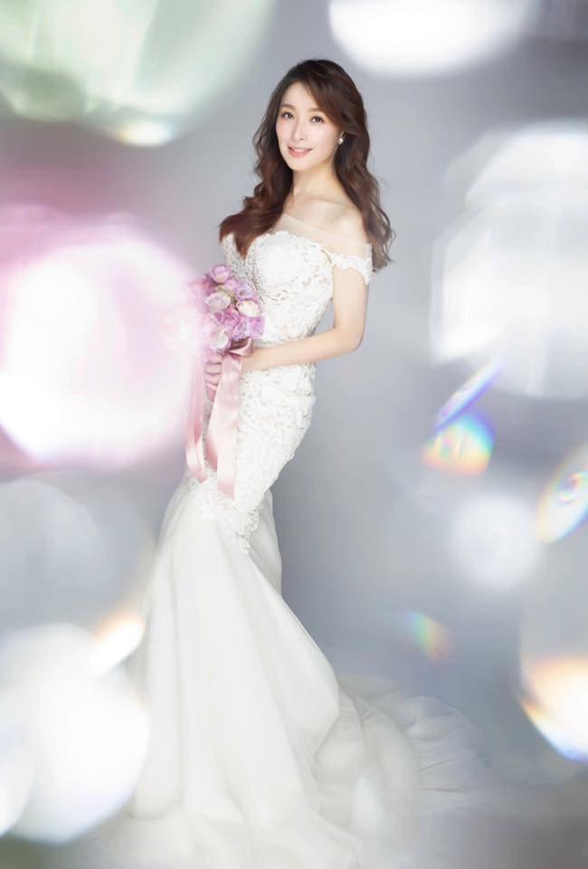 中天主播張雅婷在臉書曬出婚紗照,滿臉幸福洋溢。圖/摘自臉書