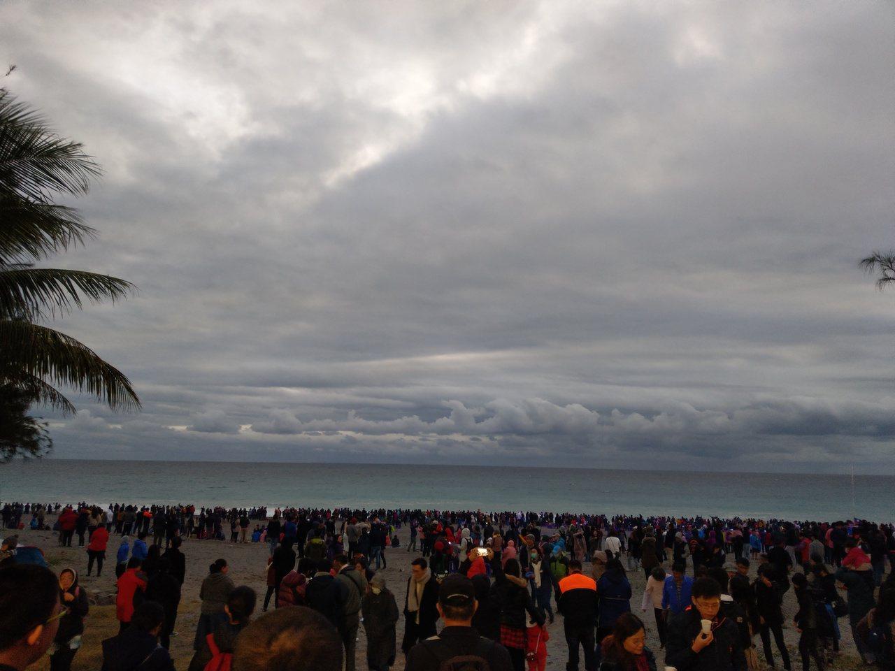 台東太麻里因雲層太厚,6點36分不見曙光出現。記者尤聰光/攝影