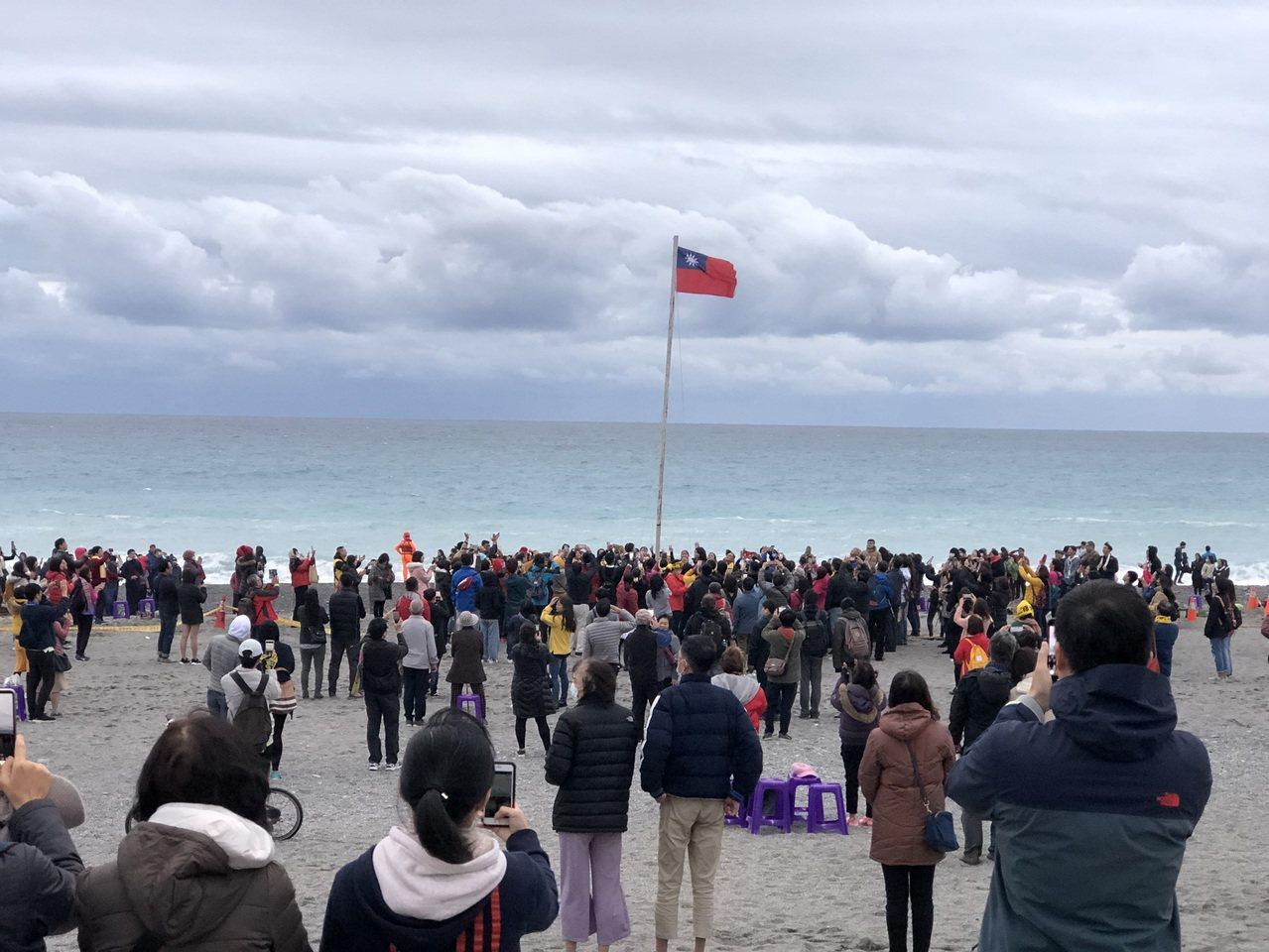台東太麻里雖迎不到曙光,但元旦升旗典禮民眾響應熱烈。記者尤聰光/攝影