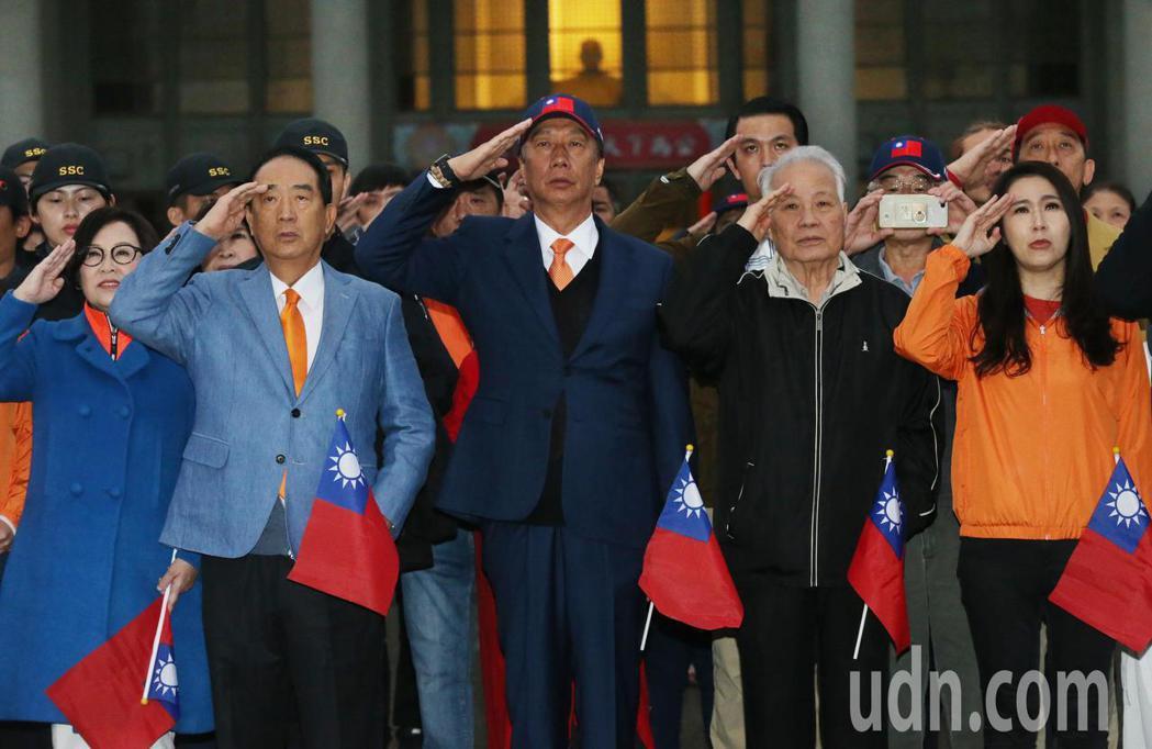 親民黨總統候選人宋楚瑜(左二)一早六點率副總統候選人余湘(左一)、不分區立委提名...