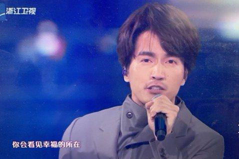 「元旦」出生的言承旭沒留在台灣跨年,他昨在廣州參加浙江衛視跨年晚會,在節目上大唱「流星雨」,但唱到一半攝影機拍到他眼角淚水滑落,他用手輕輕抹去的畫面,在網路上引起熱烈討論。不知是節目效果還是真情流露...