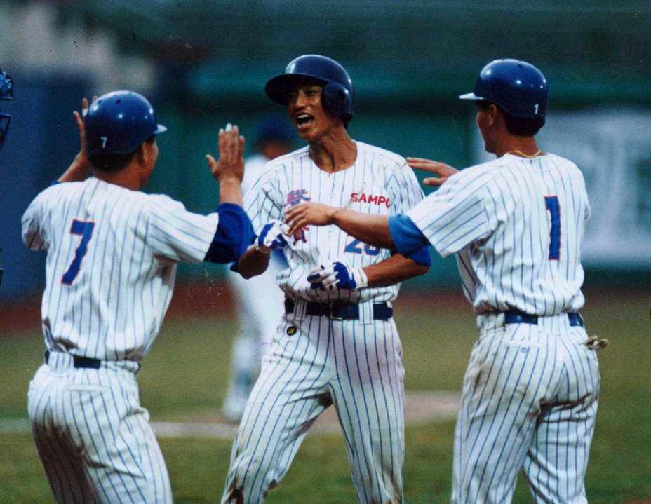 丘昌榮(中)加盟聲寶巨人隊後,隨即在甲組成棒秋季聯賽擊大爆發,囊括功勞獎、打點獎、全壘打獎與最有價值球員。本報資料照片