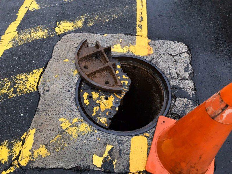 基隆市培德路面的下水道水孔蓋裂成兩半,一半已掀開,形同出現坑洞,危害人車安全。記者邱瑞杰/翻攝