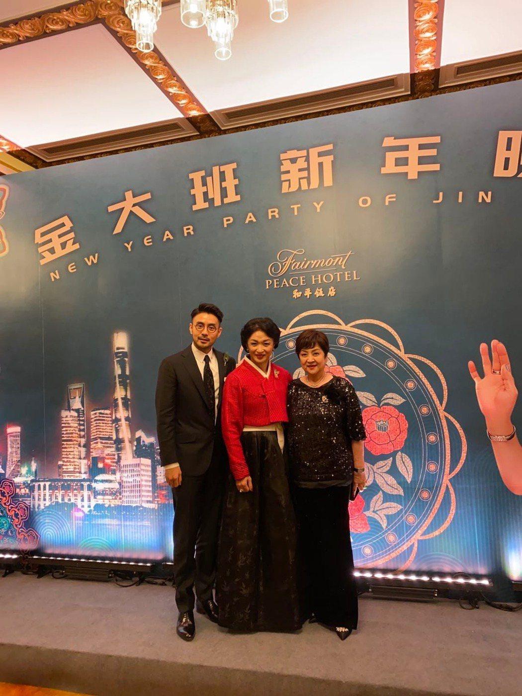 影后甄珍(右)受主持人金星(中)之邀和兒子章立衡一起在上海出席活動。圖/甄珍提供