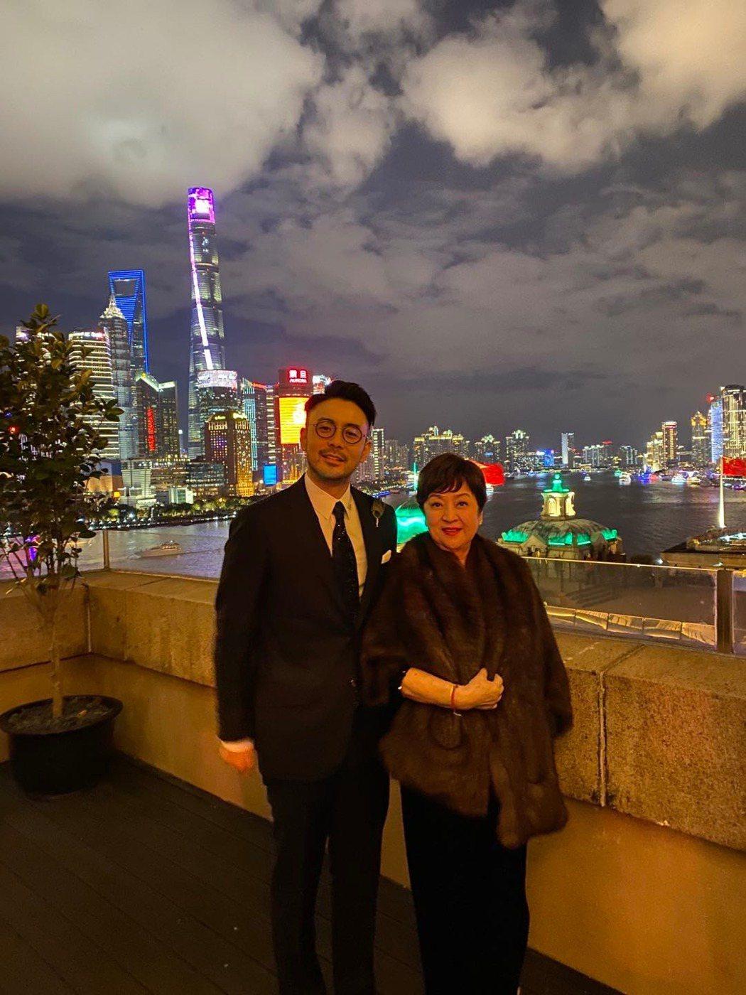 影后甄珍(右)和兒子章立衡在上海跨年。圖/甄珍提供
