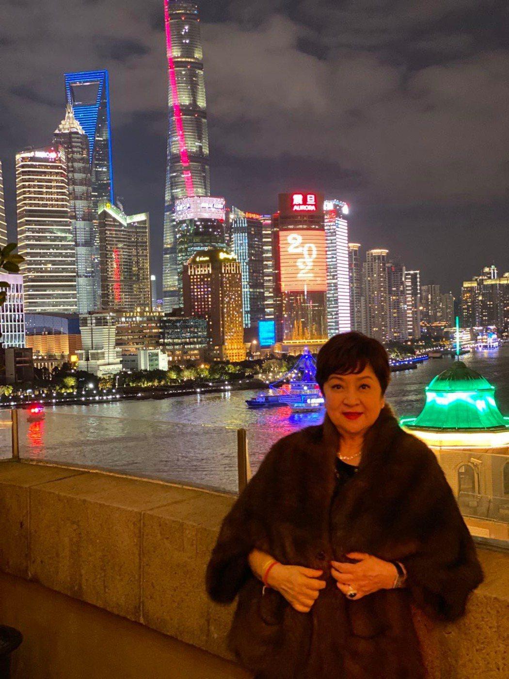 影后甄珍和兒子章立衡在上海跨年。圖/甄珍提供