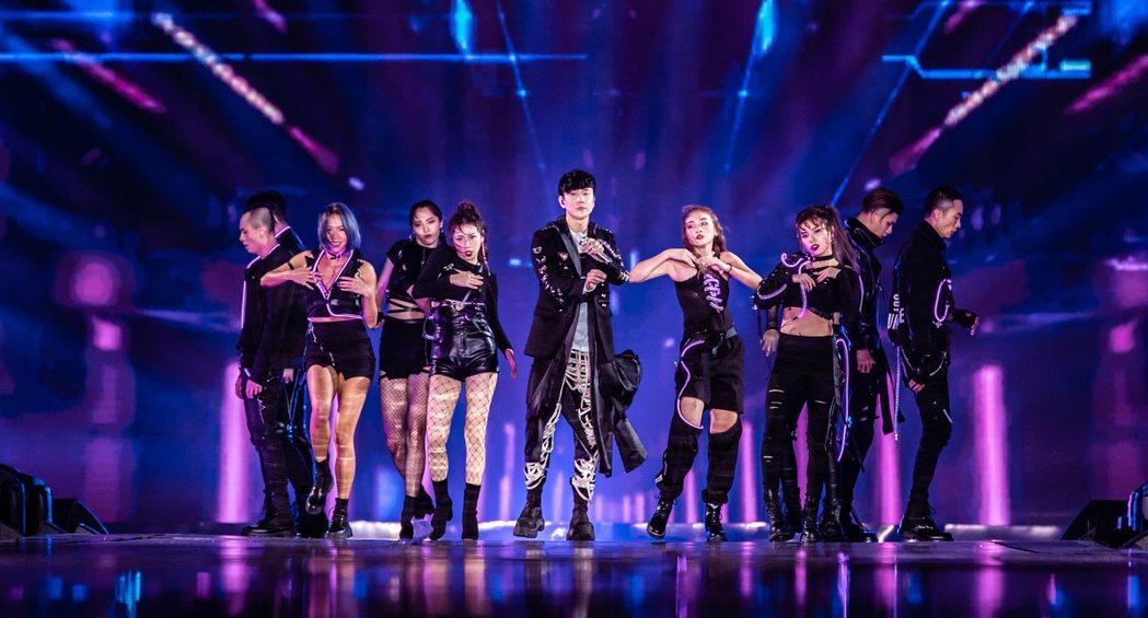 林俊傑(中)在跨年晚會賣力唱跳。圖/JFJ Productions