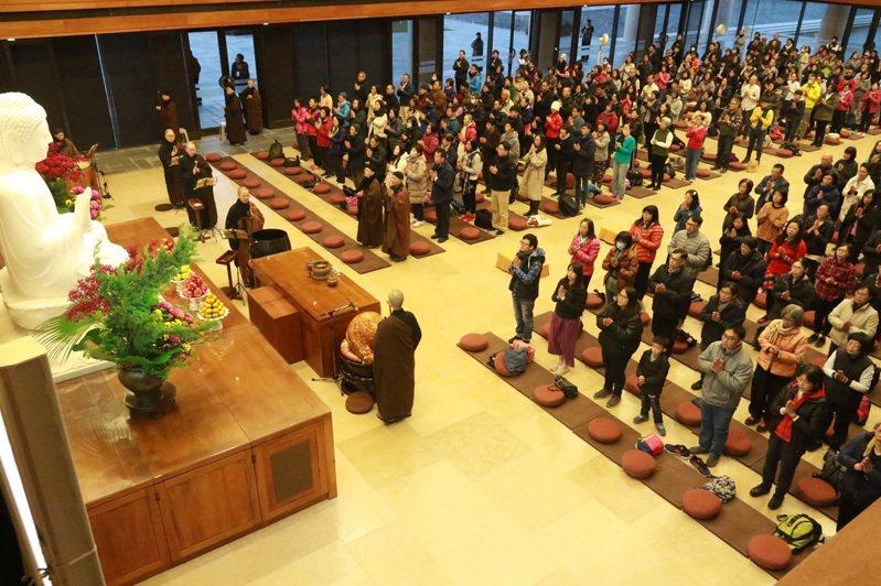 新年元旦相約前往寺院,成為台灣人跨年迎新的選項,圖為農禪寺早課。圖/法鼓山提供