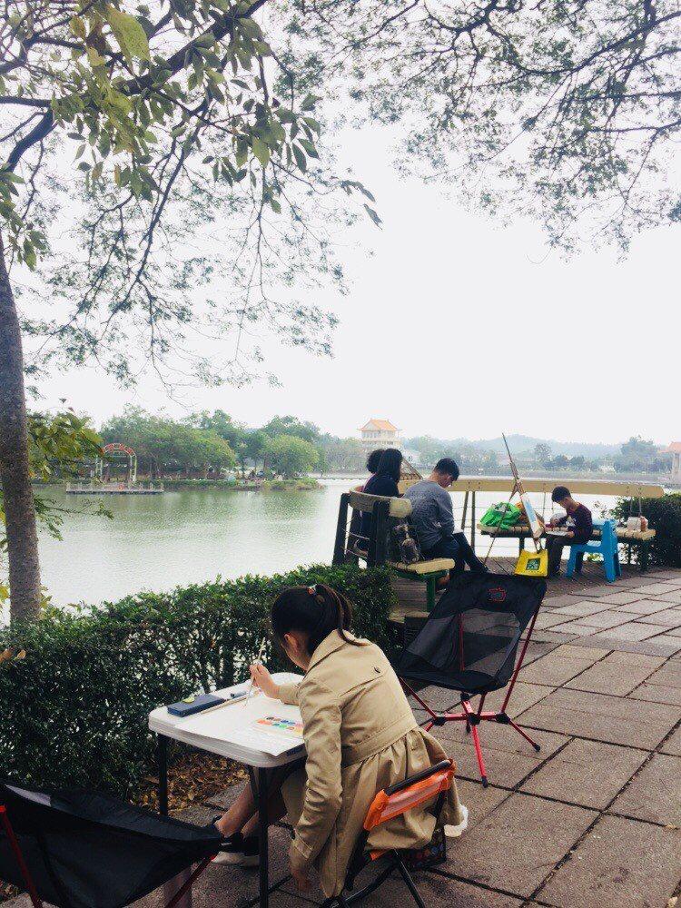 虎頭埤風景區今天元旦舉辦「畫畫野餐聽民歌」兒童寫生比賽活動,吸引許多家長帶著小朋...