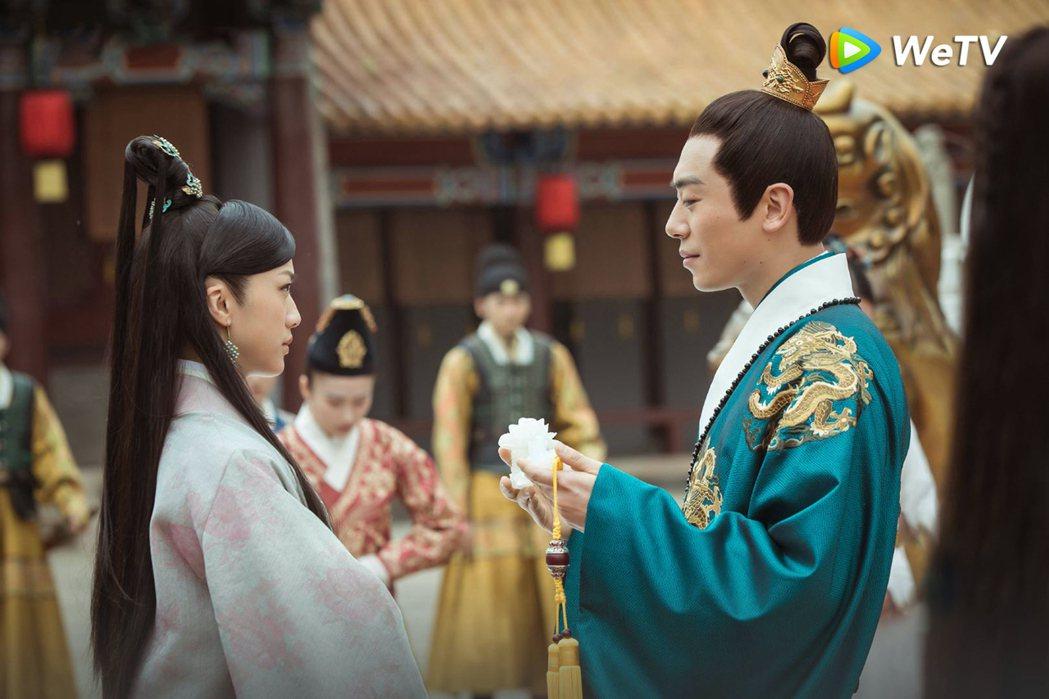 朱亞文(右)在「大明風華」戲中狂撩湯唯。圖/WeTV提供