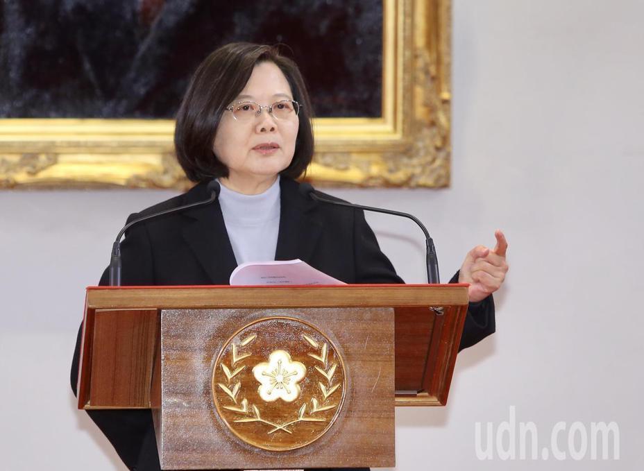 蔡英文總統今天發表「2020新年談話」,對於過去一年的香港情勢,她說「民主與威權無法同時存在一個國家」。記者陳柏亨/攝影