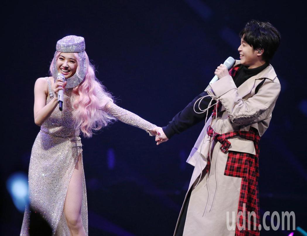 歌手蔡依林(左)UglyBeauty世界巡迴演唱會於台北小巨蛋開唱,歌手青峰(右...