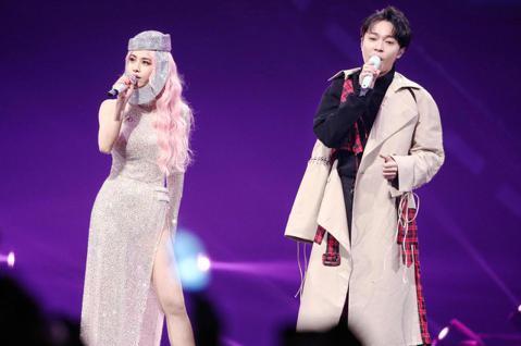 歌手蔡依林「Ugly Beauty 2019-2020世界巡迴演唱會」於台北小巨蛋開唱,演唱會也邀請到歌手青峰同台,並一同合唱小情歌,兩人有趣互動也吸引歌迷目光。