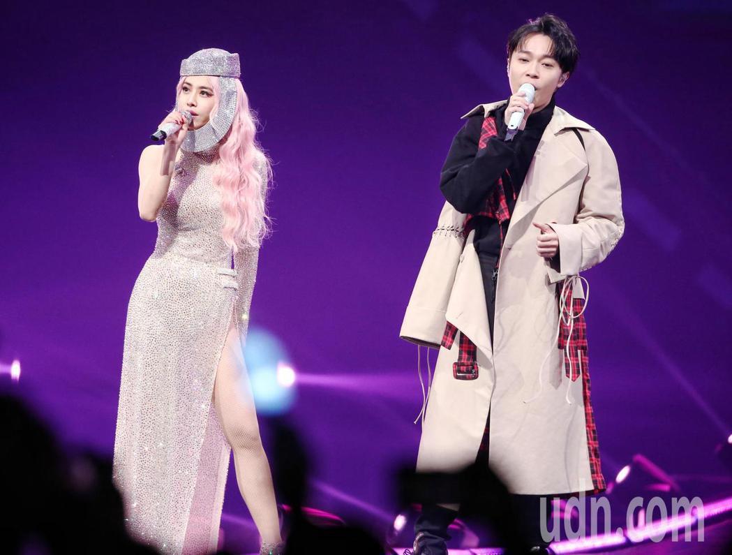 歌手蔡依林(左)UglyBeauty世界巡迴演唱會於台北小巨蛋開唱,歌手青峰(右
