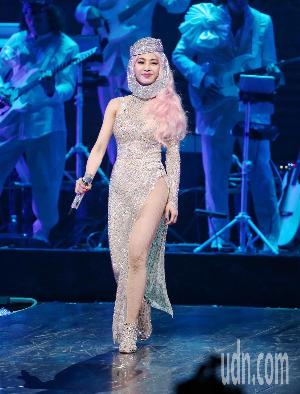 歌手蔡依林(圖)UglyBeauty世界巡迴演唱會於台北小巨蛋開唱,高衩禮服吸引...