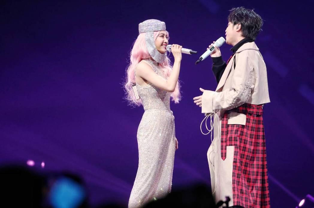 Jolin與青峰合唱「倒帶」與「小情歌」。記者曾原信/攝影