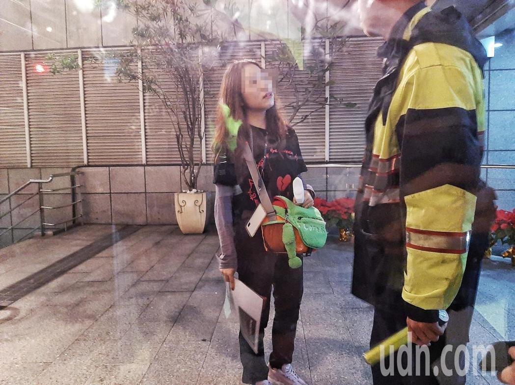 一名中國籍女子因在蔡依林演唱會拍攝,違反規定遭請出場,因情緒不穩攻擊現場拍攝媒體...