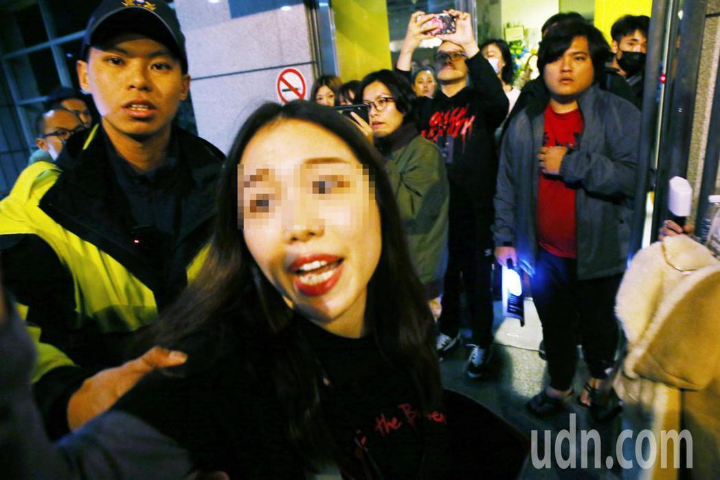 一名中國籍女子因在蔡依林演唱會拍攝,違反規定遭請出場,因情緒不穩攻擊現場拍攝媒體