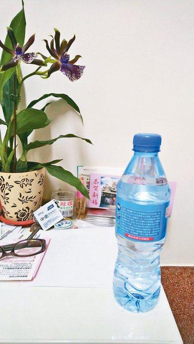 赴宴前先喝下兩杯水。水既不為難你也不傷身體,物美價廉、隨手可得,用餐前已霸占你胃...