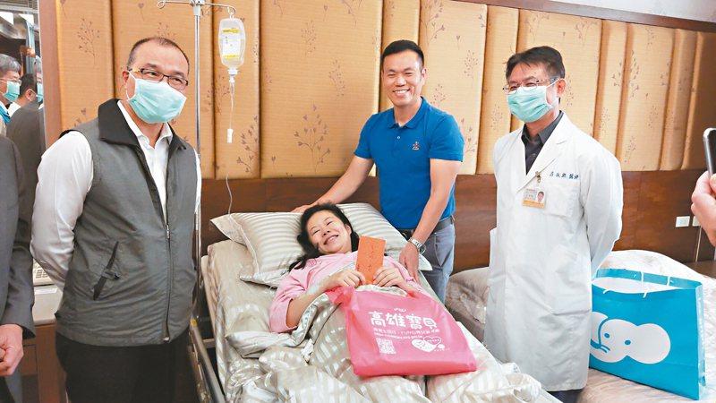 高雄市副市長葉匡時(左一)昨探訪生下元旦寶寶的鄭姓夫婦,送上生育津貼紅包,鼓勵他們再接再厲生下一胎。 記者蔡容喬/攝影