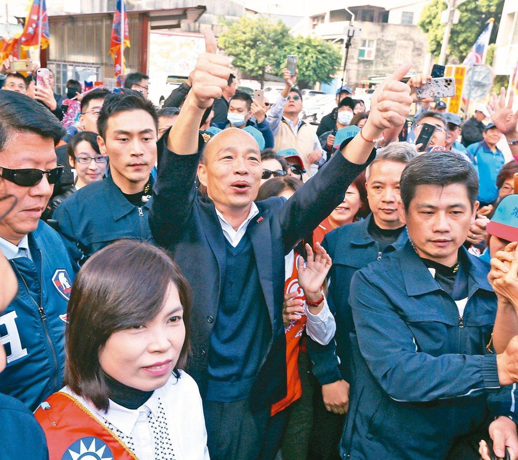國民黨總統候選人韓國瑜昨天到台南玉皇宮參拜,沿途都是支持群眾,大家拿著國旗高喊韓...